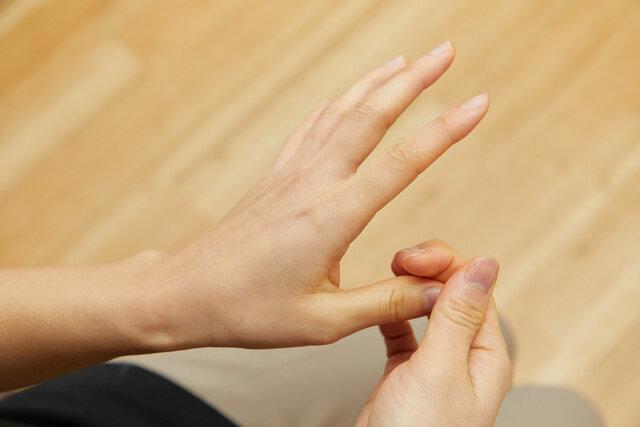 親指の先を圧迫