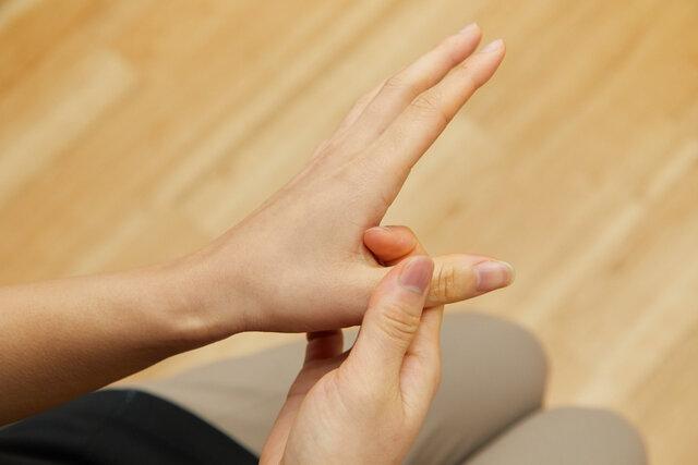 親指の根本を圧迫