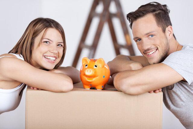 貯金箱を挟んだカップル