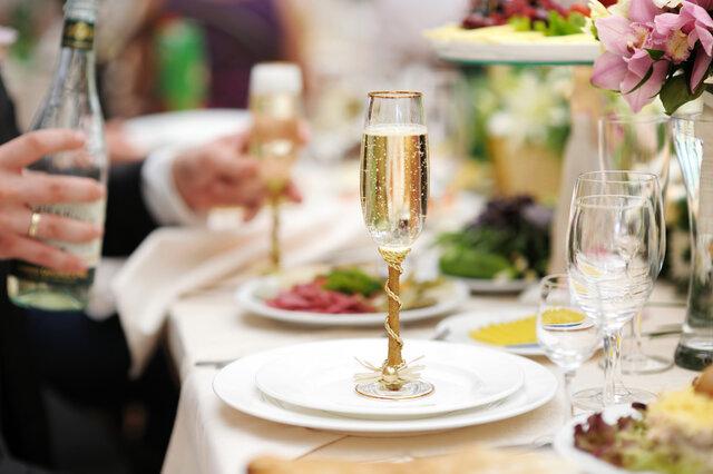 テーブルに置かれたシャンパンの入ったグラス
