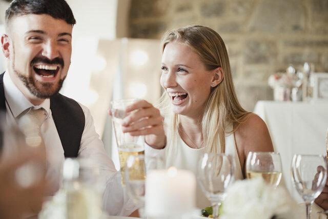 披露宴での食事を楽しむ参列者