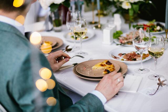 披露宴で食事をするゲスト
