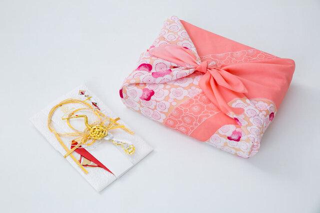 風呂敷に包まれた贈り物と祝儀袋