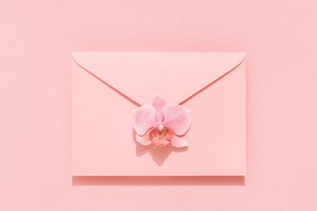 花が付いた封筒