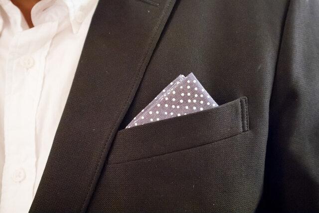 グレーのポケットチーフ