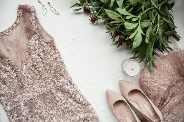 ベージュのドレスと靴