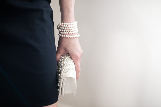 パールのバッグを持った女性