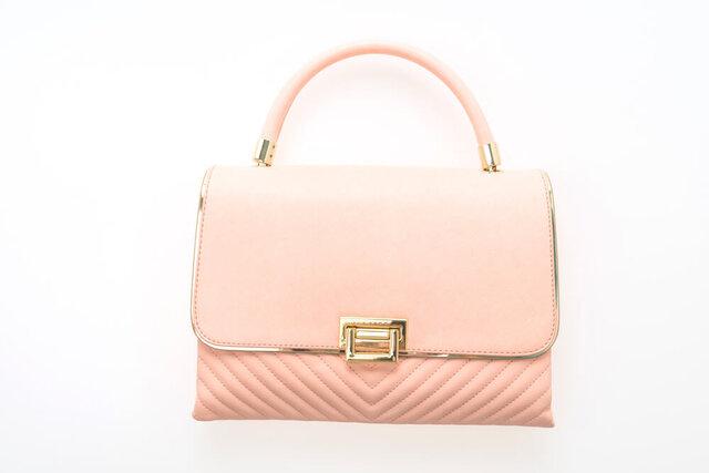 淡いピンクのハンドバッグ