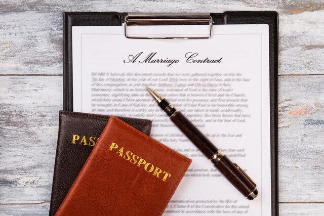 結婚の書類の上に置かれたパスポート