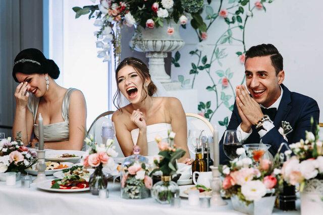 披露宴を楽しむカップル