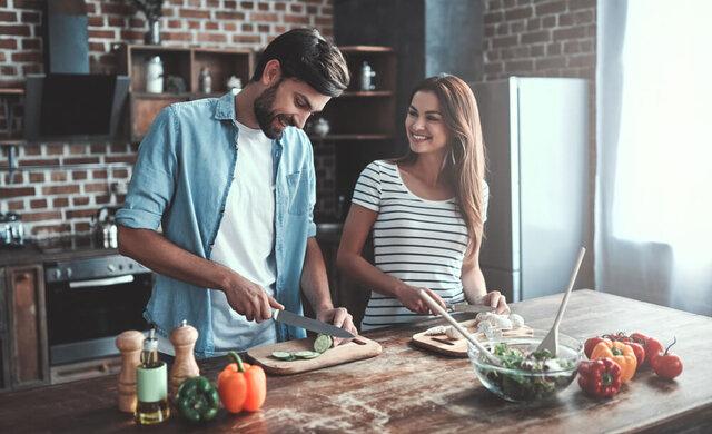 料理を一緒にするカップル