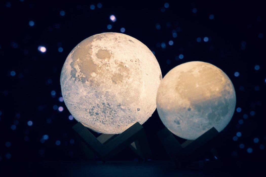 月モチーフの置物