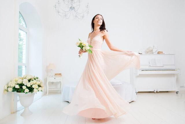 淡いピンクのドレスを着た女性