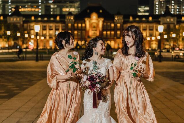 東京駅を背景にした新婦と友人