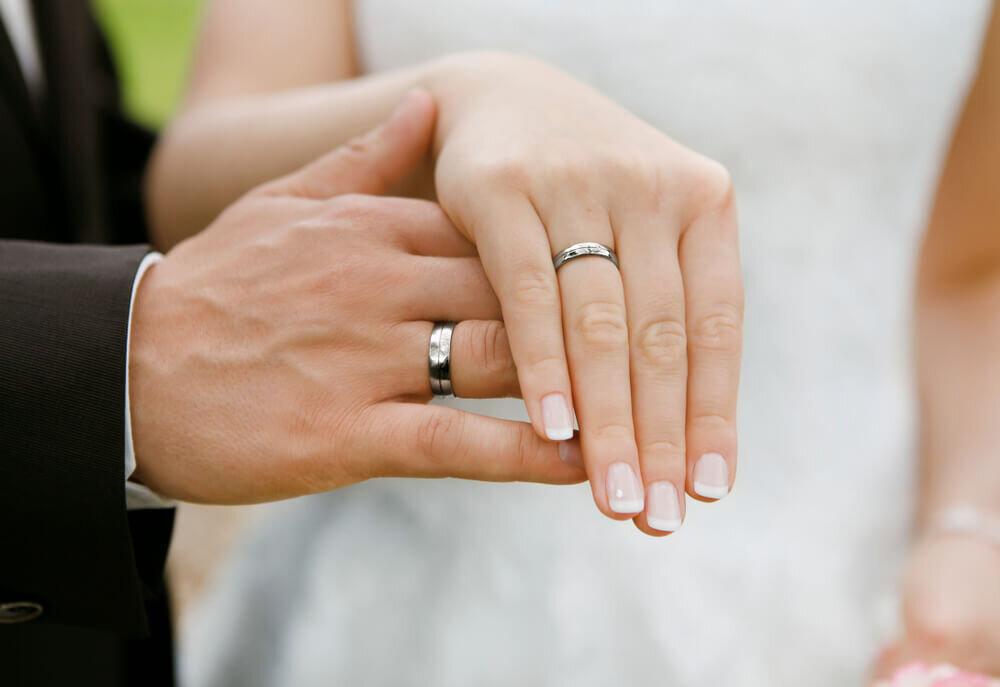 結婚指輪を着けた新郎新婦