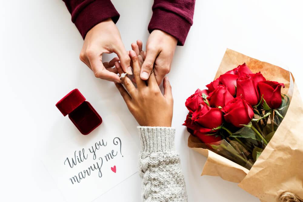 彼女の手に指輪を着けるプロポーズ