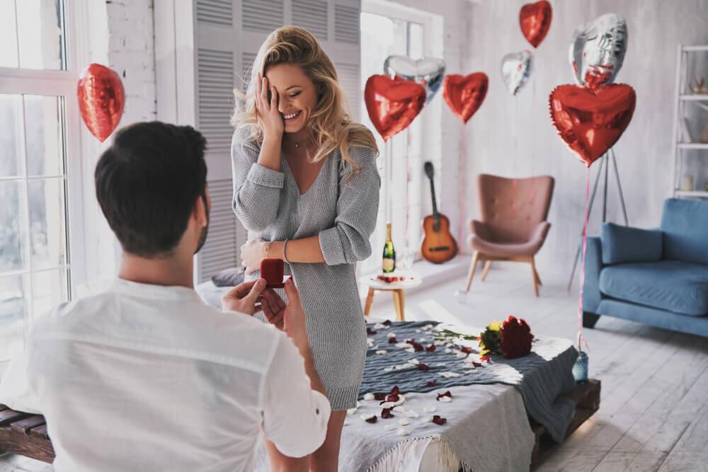 飾り付けた部屋でプロポーズするシーン