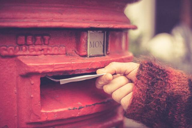 手紙を投函する人の手