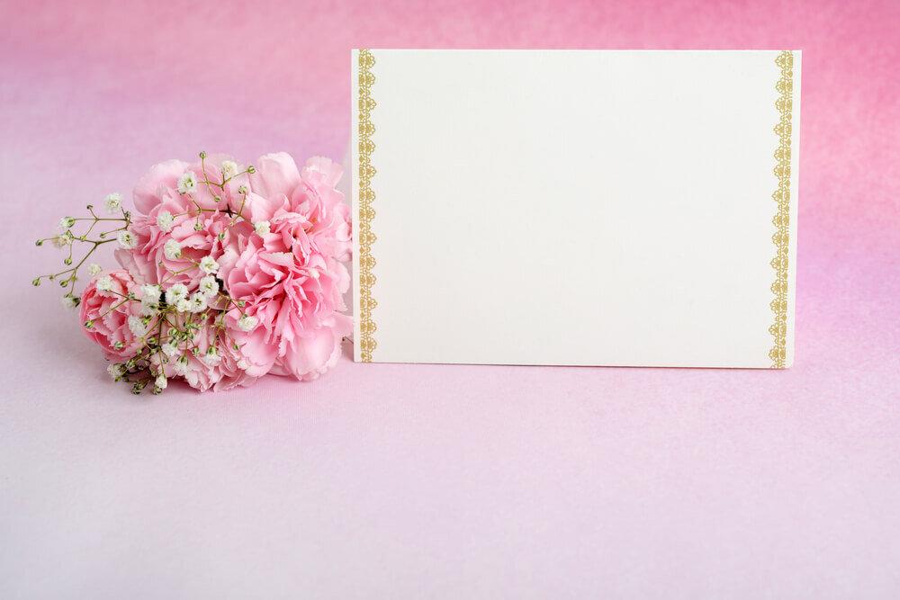 ピンクの花と封筒