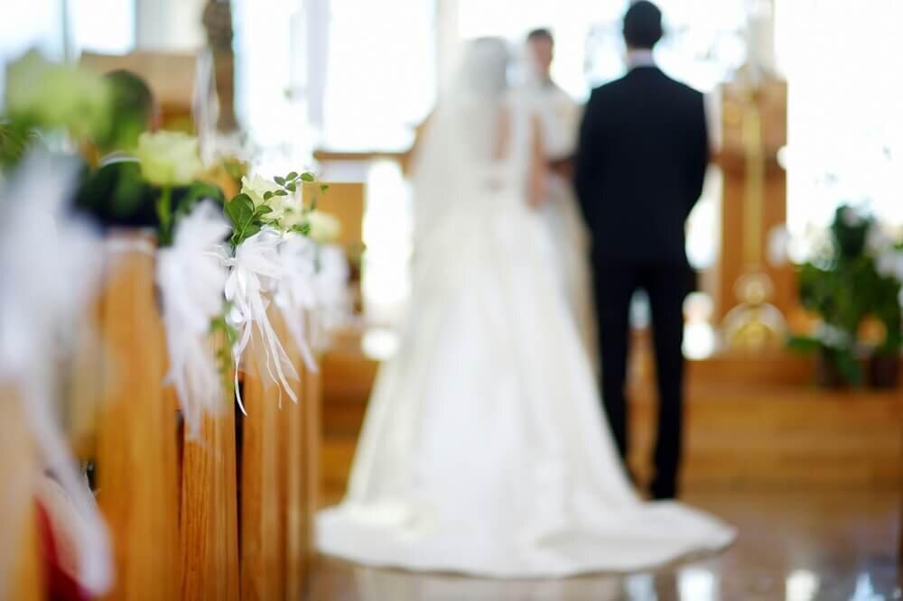 教会で挙式するカップル