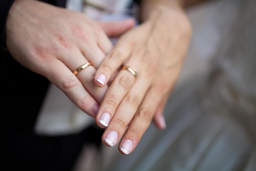 結婚指輪を着けた新婚夫婦