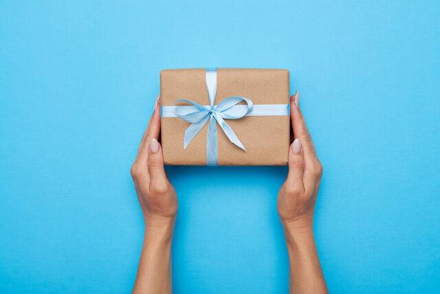 プレゼントを持つ手