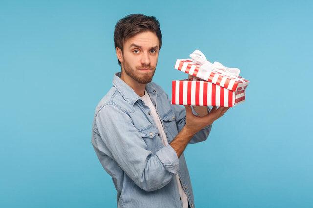 プレゼントの箱を開ける男性
