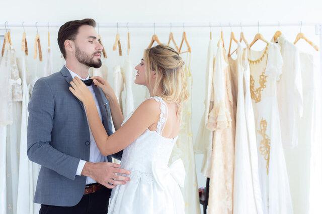 衣装を試着するカップル