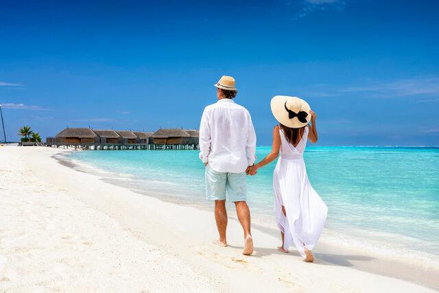 リゾート地を歩くカップル