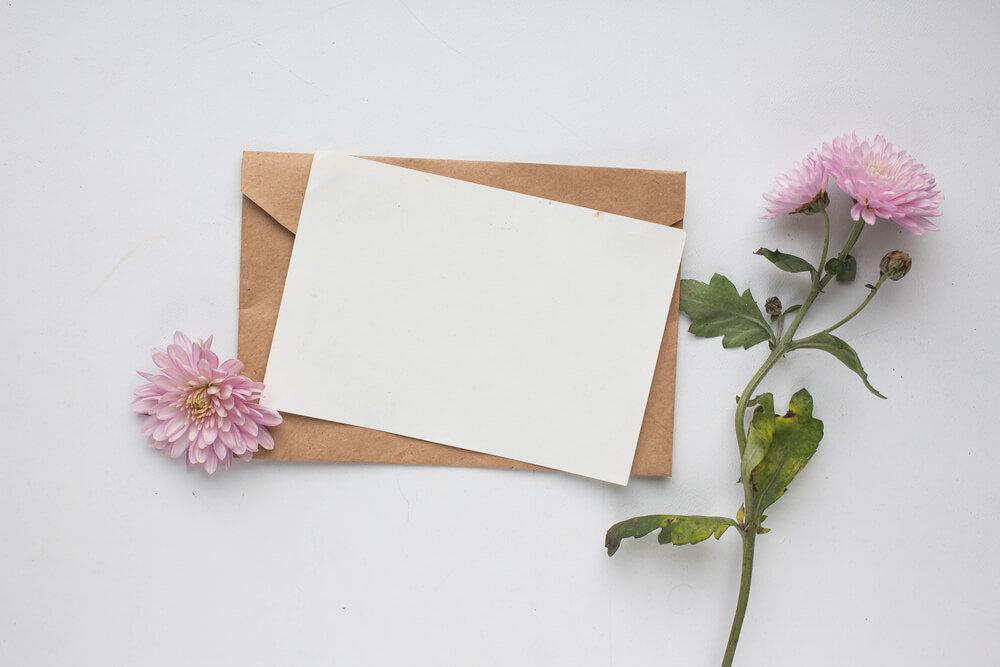 封筒と便箋と花