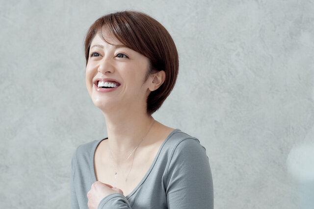 ネックレスを掴む Chiekoさん