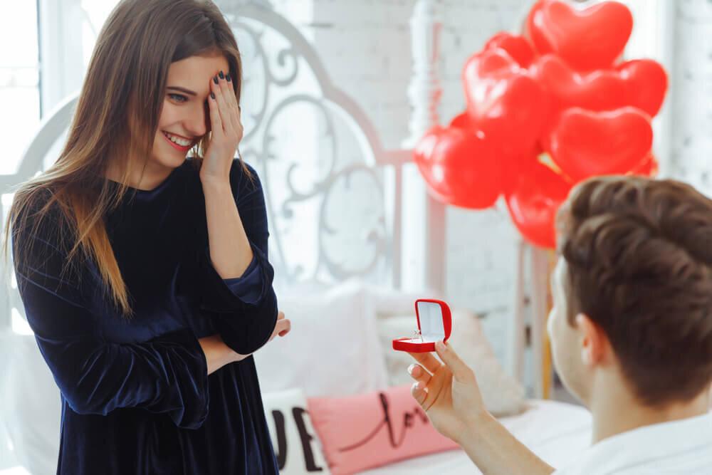 プロポーズに喜ぶ女性