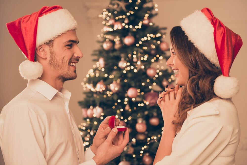 サンタの帽子をかぶるカップル