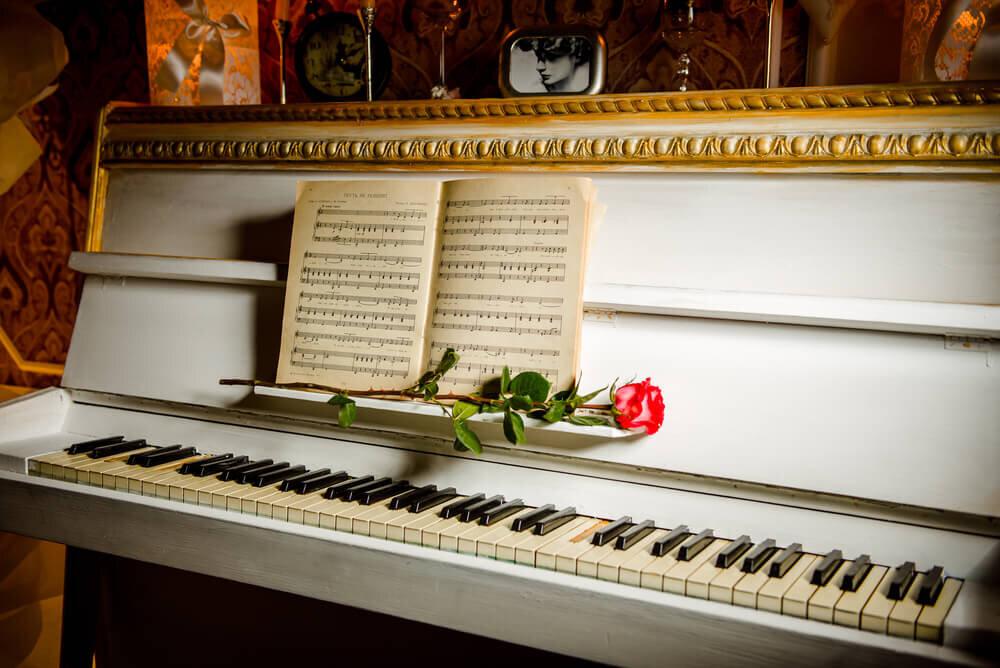 バラがのせられたピアノ
