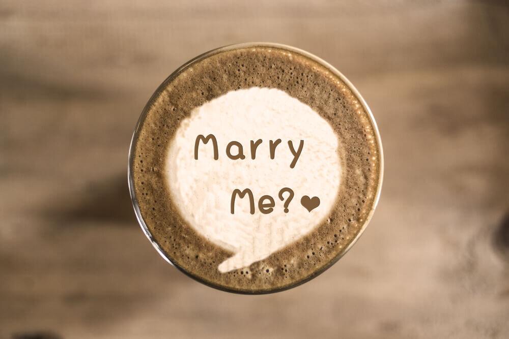 プロポーズの言葉がアートされたラテ