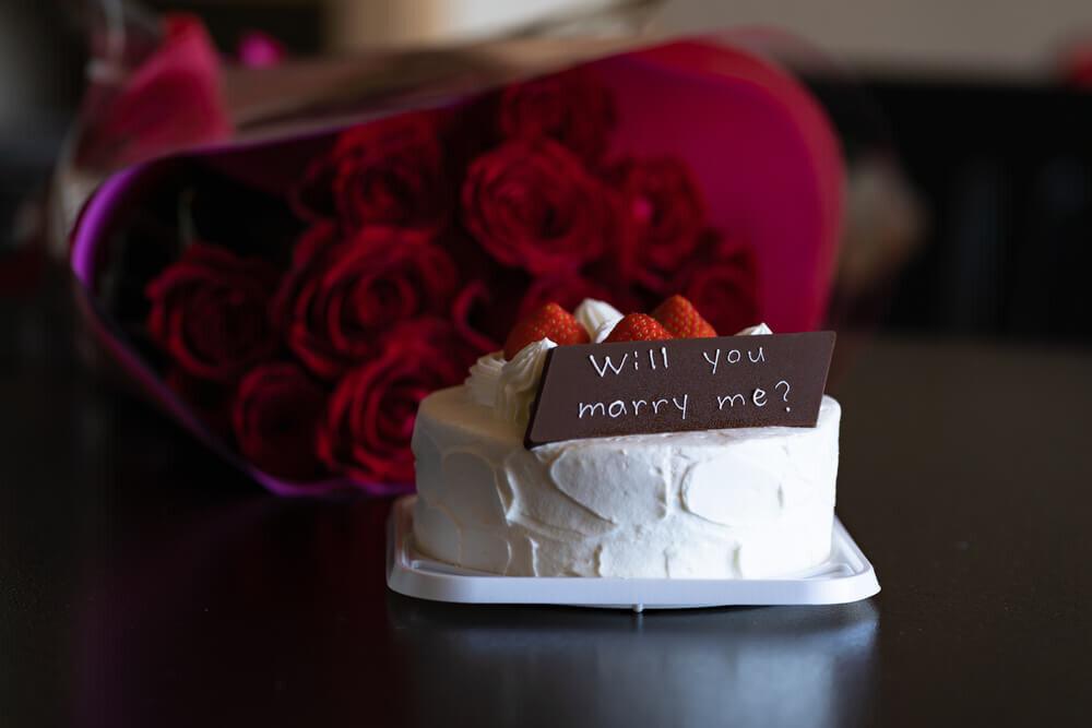 プロポーズのメッセージが書かれたケーキ