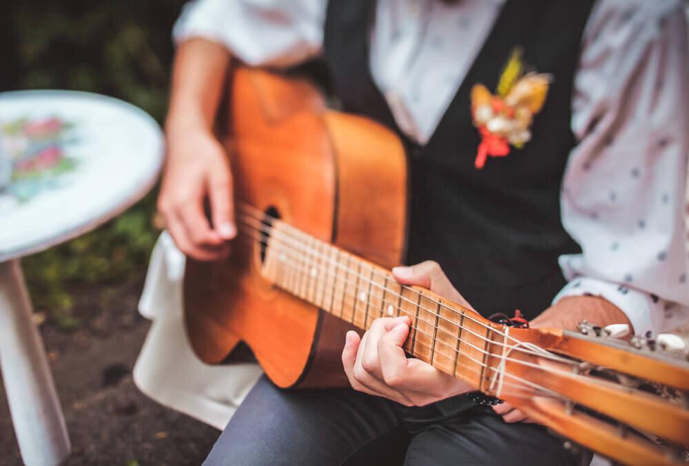 結婚式でギターを演奏する男性