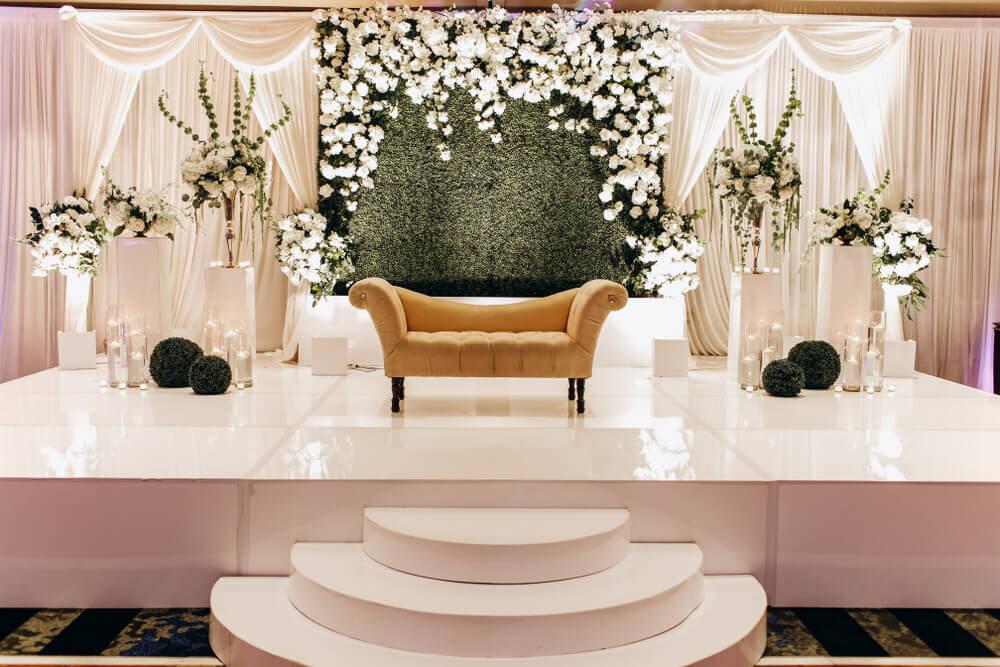 白を基調とした装飾とブラウンのソファ