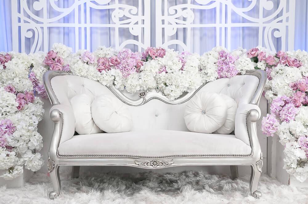 白いソファと装花
