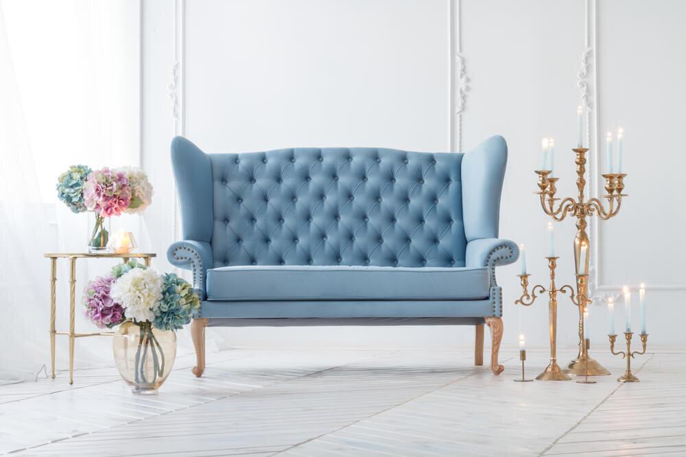 青いソファと花やキャンドル