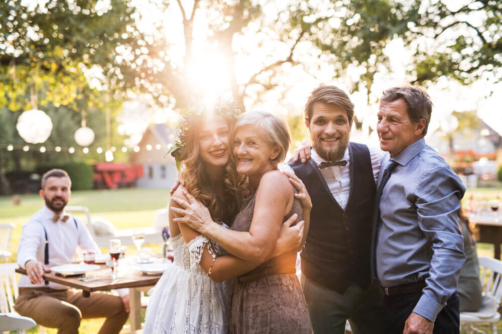 両親とポーズをとる花嫁