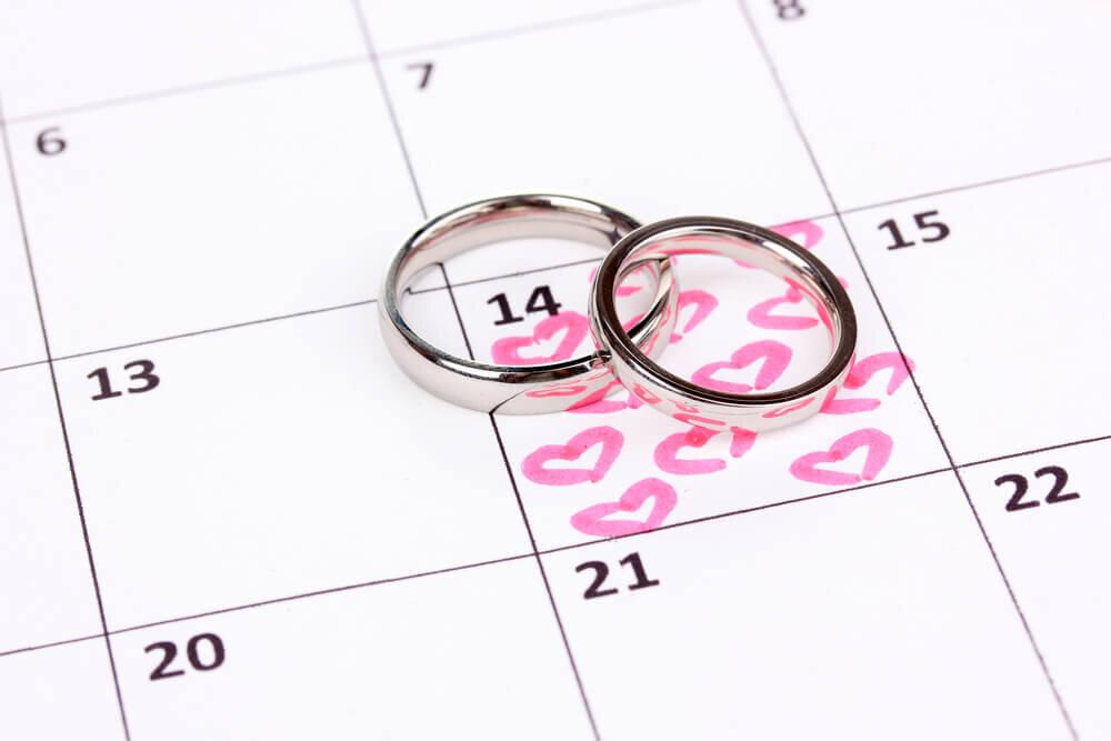 挙式日にハートマークが描かれたカレンダーと指輪