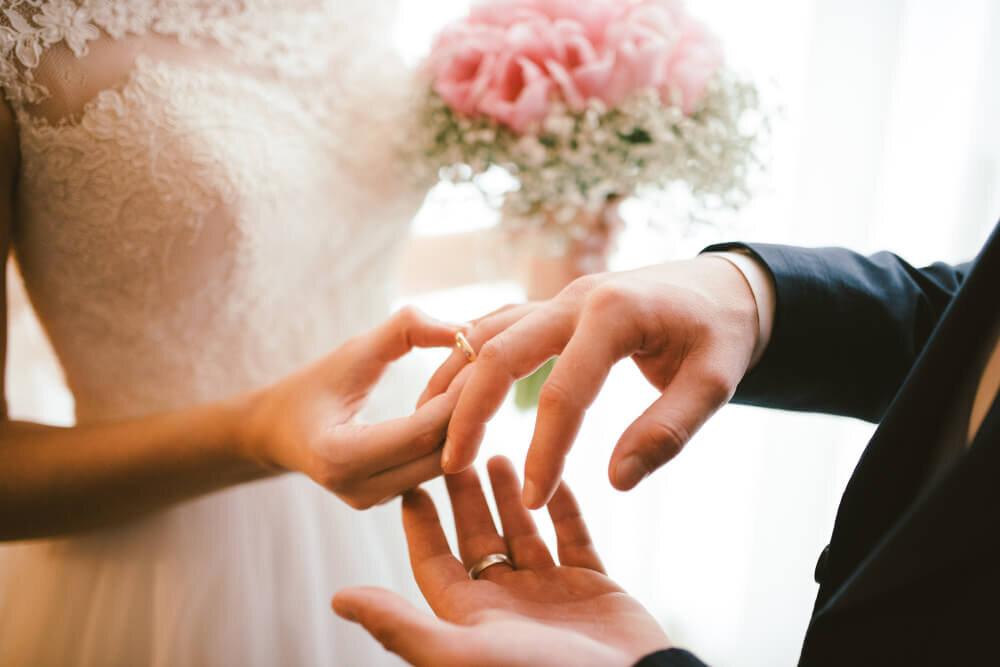 指輪を着けるカップル