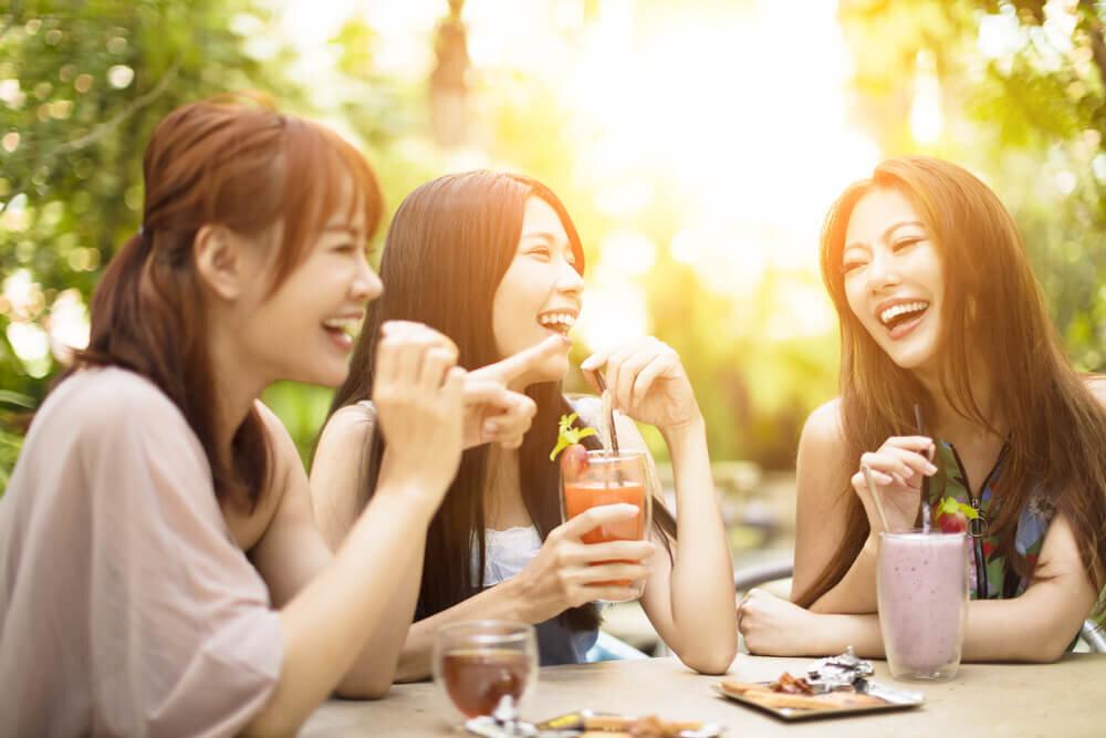 飲食中の女性たち