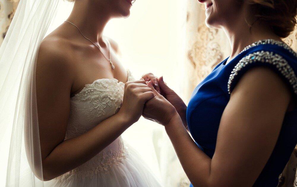 親と手を取り合う花嫁