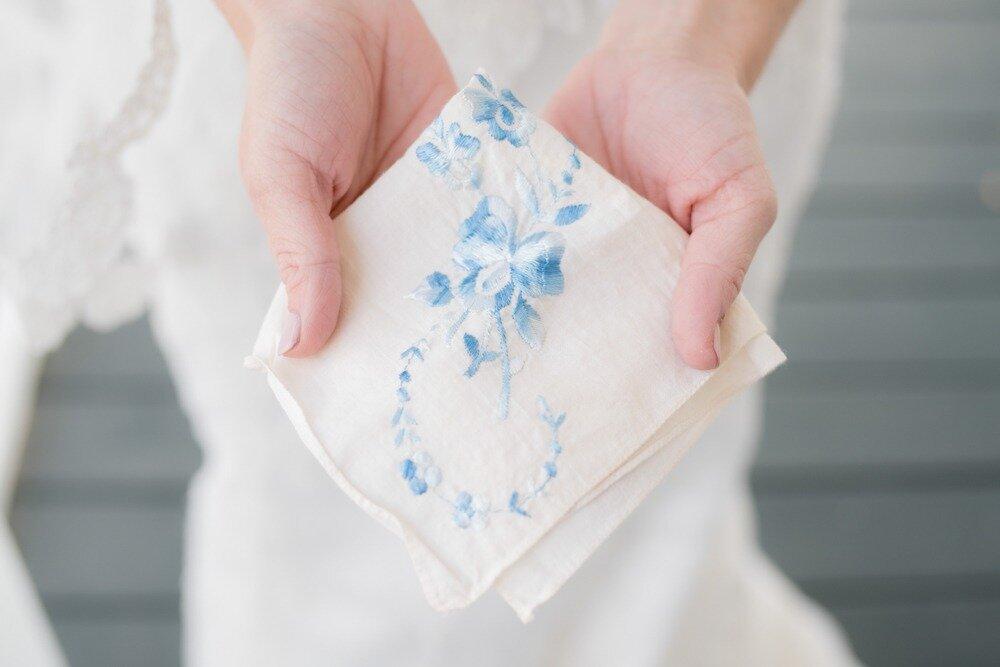 青い刺繍のハンカチ