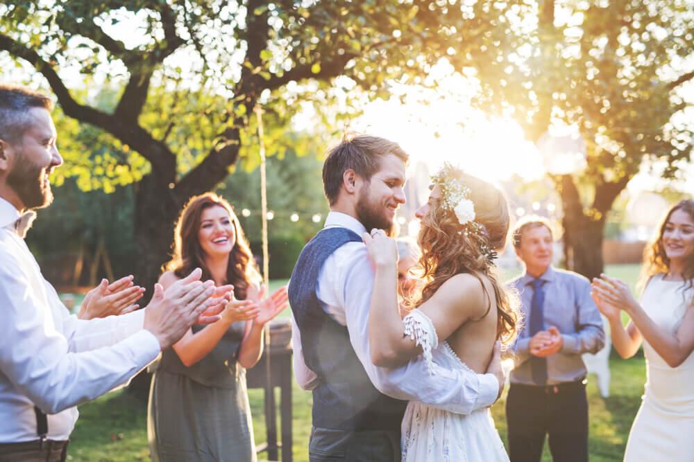 素敵な結婚式のカップル