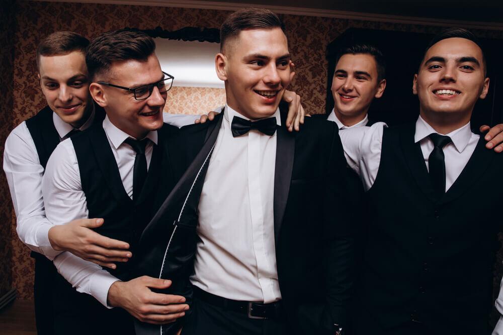 タキシードを着てバチェラーパーティーに集う友人たち