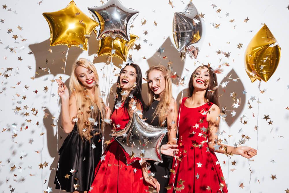 統一感のあるドレスでバチェロレッテパーティーを楽しむ女性たち