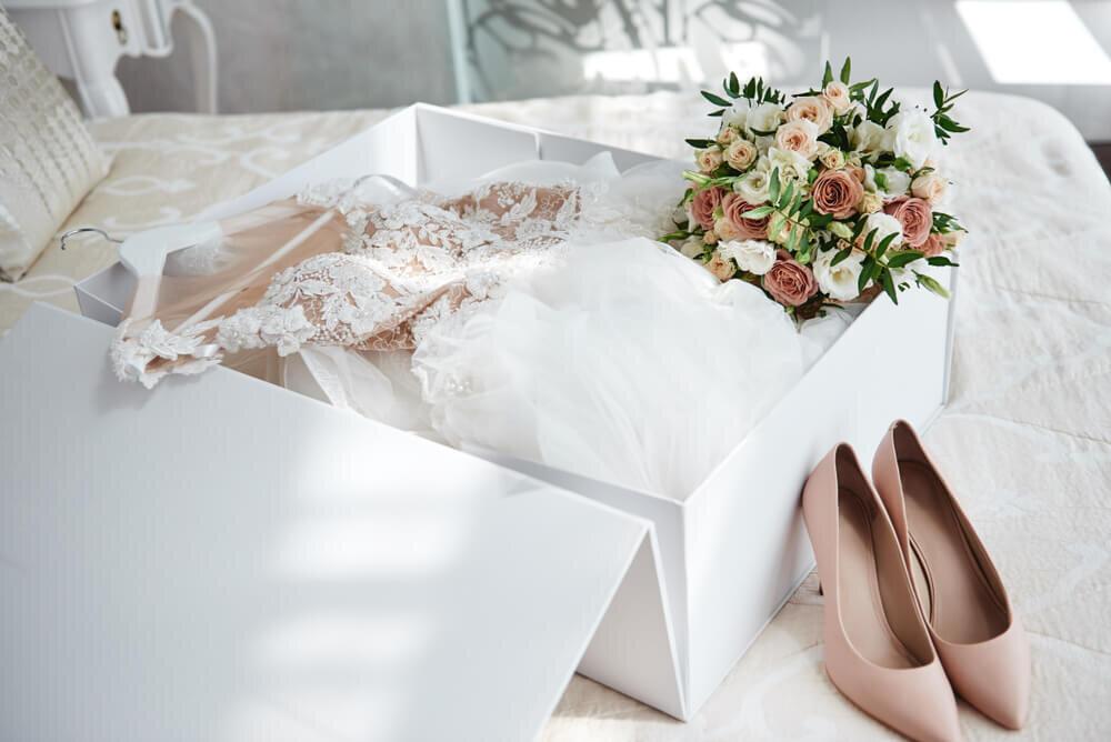 箱にしまわれたウエディングドレス